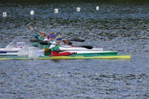 Kanu-Rennsport, 3 Boote kämpfen um den Sieg