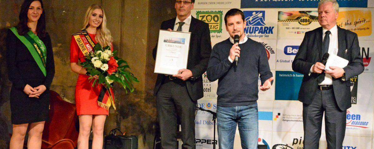 LTM-Geschäftsführer Volker Bremer (Mitte) rechts neben ihm der Kanupark-Leiter Christoph Kirsten. Foto: Bernd Görne